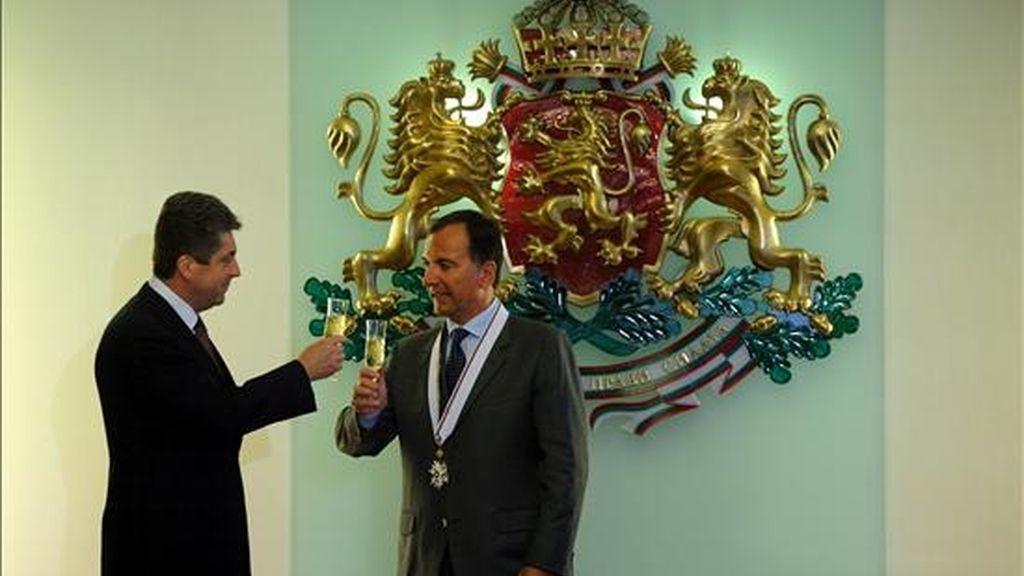 El presidente búlgaro, Georgi Parvaniv (i), brinda con el ministro italiano de Asuntos Exteriores, Franco Frattini, después de que éste fuera distinguido con la medalla 'Stara Planina', en Sofía, Bulgaria, hoy lunes 8 de junio. Frattini realiza una visita de un día de duración a Sofía. EFE