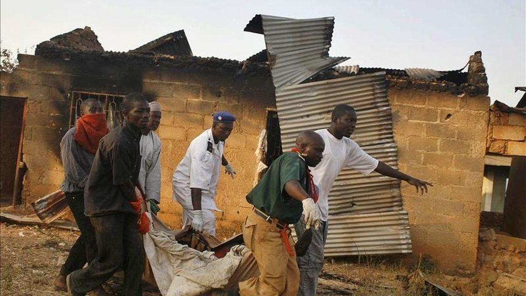 Nigerianos cargan con el cadáver de un hombre que fue víctima de la violencia religiosa en Kuru Jantar (Nigeria) en 2010. EFE/Archivo
