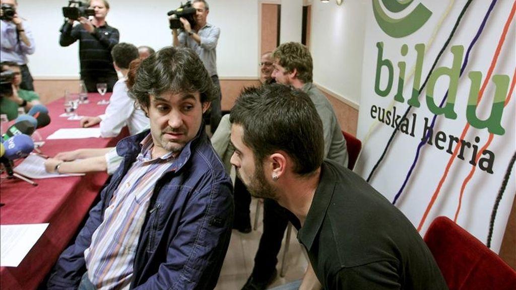 Los dirigentes de la coalición Bildu (integrada por EA, Alternatiba y abertzales independientes), Pello Urizar (i), y Ander Rodriguez (d), conversan durante una conferencia de prensa en San Sebastián en el primer día de campaña, horas después de que el Tribunal Constitucional haya decidido que puede concurrir a los comicios del 22 de mayo. EFE