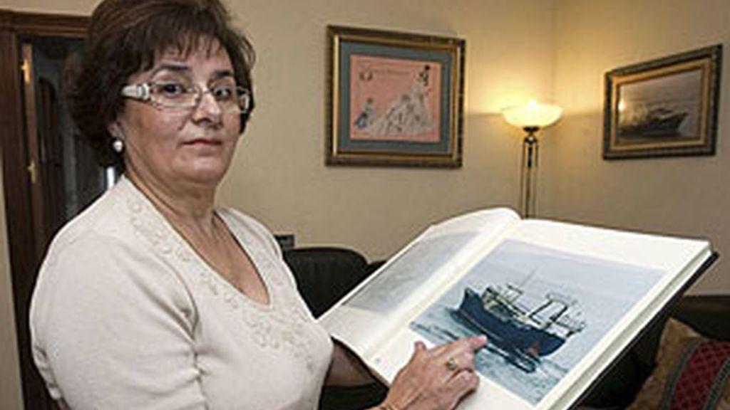 Manuela Ferrrera, armadora y propietaria del 'Alfonso Riera I', que muestra en la foto. Foto: EFE.