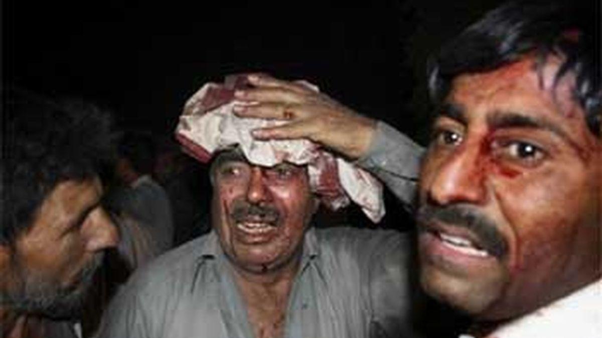 Heridos tras la explosión de un vehículo bomba junto a un hotel de Peshawar, al norte de Pakistán. Foto: AP.