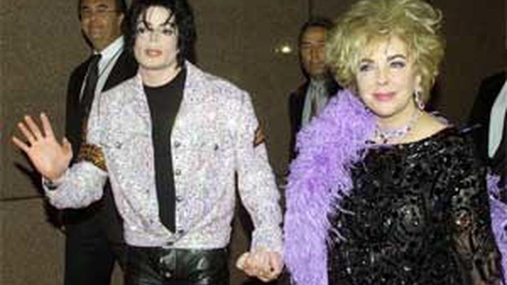 El Rey del Pop y Elizabeth Taylor en 2001, durante el concierto celebrado en el Madison Square Garden de Nueva York para celebrar los treinta años de carrera de Michael Jackson. Foto: Reuters.