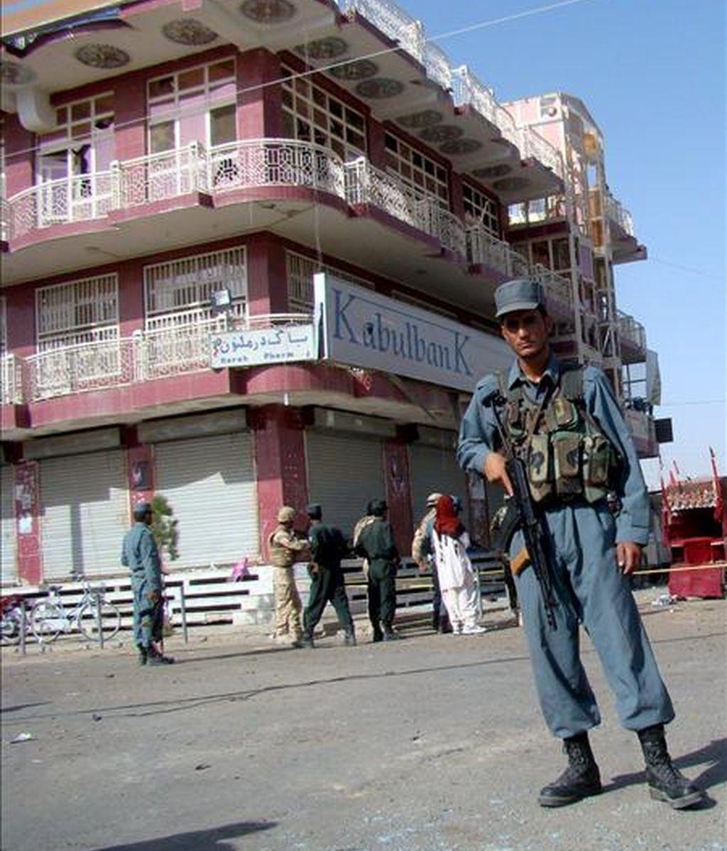 Un soldado afgano hace guardia en el lugar donde se produjo una explosión en Lashkar Gah, provincia de Helmand (Afganistán) el pasado mes de junio. EFE/Archivo