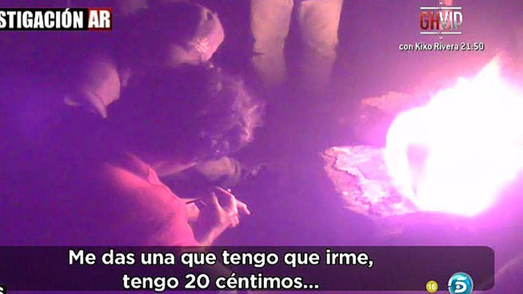 'AR' se reúne con varios toxicómanos que se pinchan alrededor del fuego