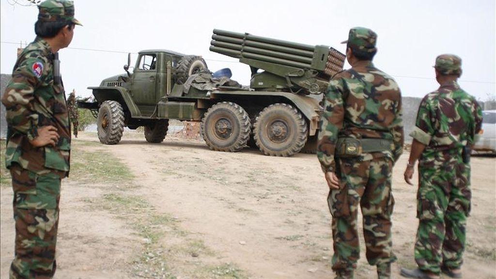 Soldados camboyanos preparan un lanzador de cohetes BM21 cerca de la frontera con Tailandia en la región de Oudor Meanchey. EFE