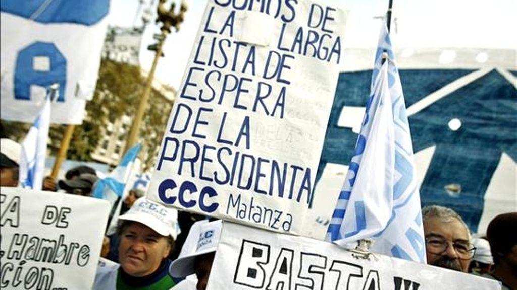 Manifestantes piqueteros opositores al gobierno de la presidenta, Cristina Fernández de Kirchner, durante una protesta, en la Plaza de Mayo de Buenos Aires (Argentina). EFE/Archivo
