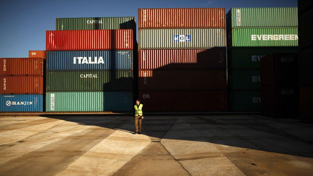 Un estibador del puerto de Algeciras, Cádiz, camina entre contenedores