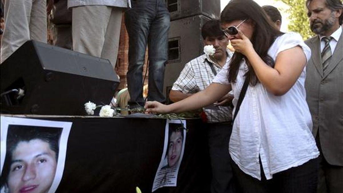 Una mujer coloca una flor en memoria de los doce fallecidos en Castelldefels (Barcelona) tras ser atropellados por un tren al cruzar las vías en la noche de San Juan. En el accidente fallecieron doce personas, once latinoamericanos y una rumana. EFE/Archivo
