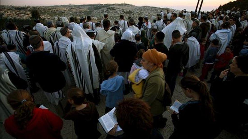Decenas de judíos participan en la oración 'Bendición del Sol' en Jerusalén (Israel), el 8 de abril de 2009. Este rito religioso tiene lugar cada 28 años en el lugar en el que el Talmud sitúa al sol en el momento de la creación de la Tierra. Los medios estimaron en 50.000 los asistentes a la oración, en el Muro occidental. EFE