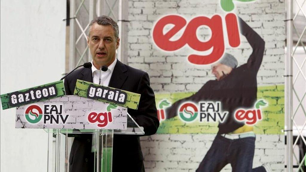 El presidente del PNV, Íñigo Urkullu, durante su intervención en el acto de campaña celebrado hoy en Vitoria, en el que han participado el candidato nacionalista a la Alcaldía de Vitoria, Gorka Urtaran, y el diputado general de Álava, Xabier Agirre. EFE
