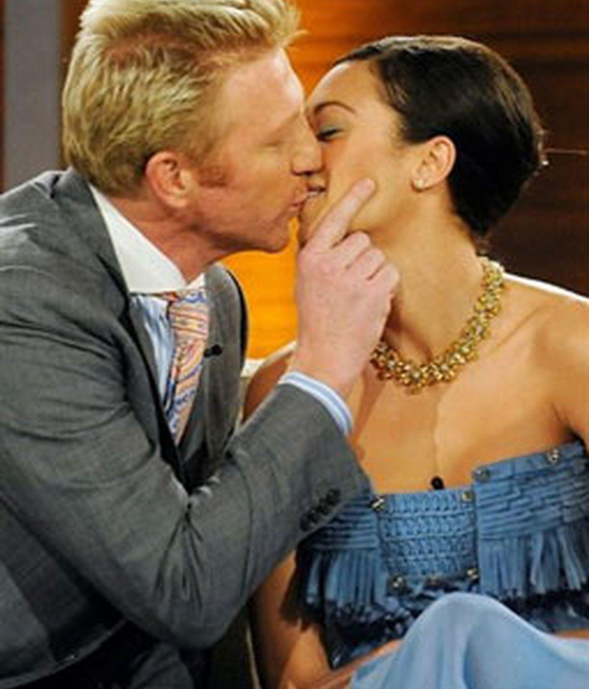 """Becker con su novia Llilly la holandesa Lilly Kerssenberg, en el programa de TV """"Wetten Dass"""" donde anunció su boda, el 28 de febrero de 2009."""