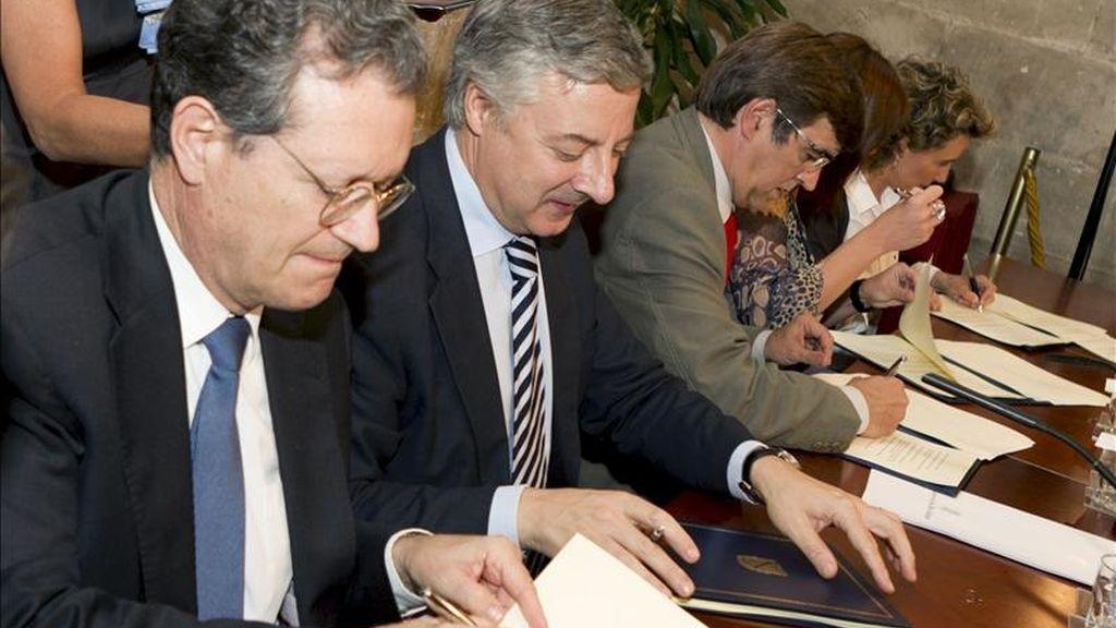 El presidente Francesc Antich, el ministro de Fomento José Blanco y el presidente de AENA, Juan Ignacio Lema (de d. a i.), durante la firma del convenio para crear un comité de rutas aéreas con cada uno de los aeropuertos de baleares. EFE