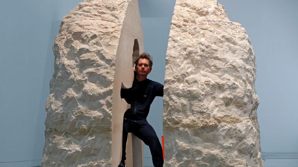 El artista que lleva una semana viviendo en el interior de una roca con sus excrementos