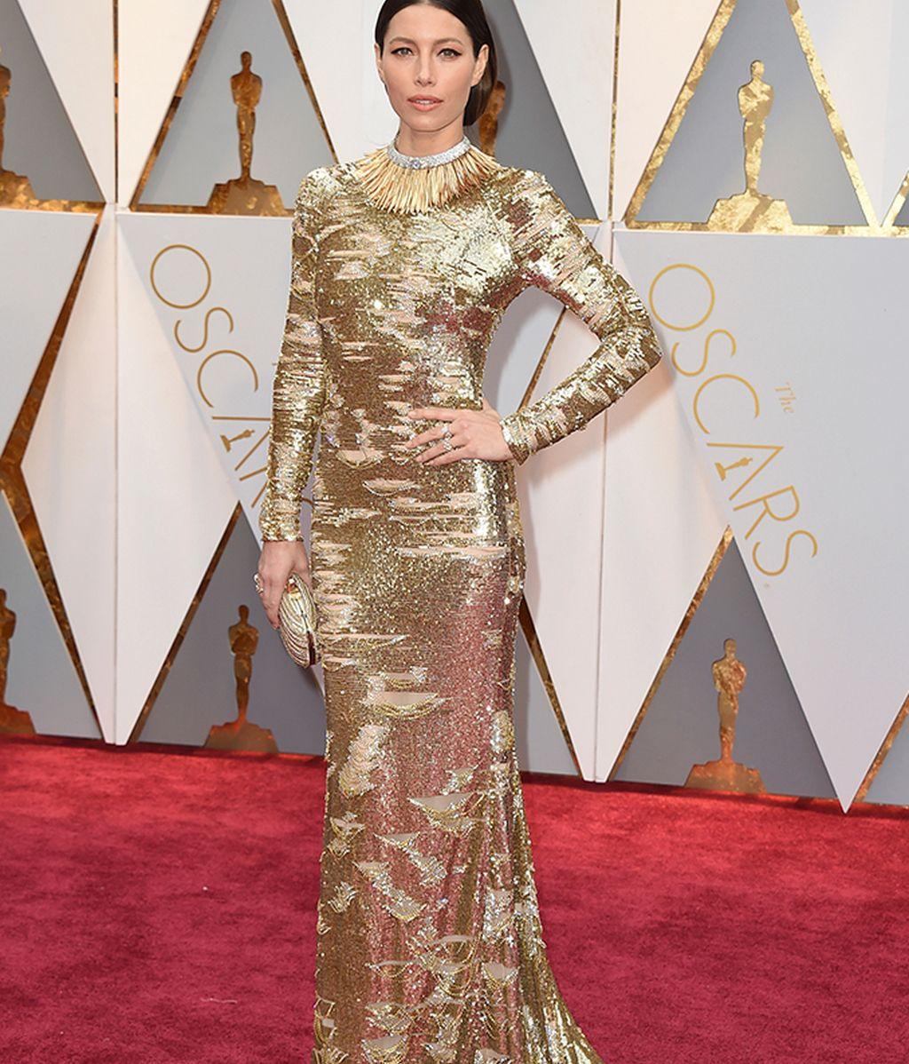 Jessica Biel vestida de Kaufman Franco en dorado y con falsos desgarros