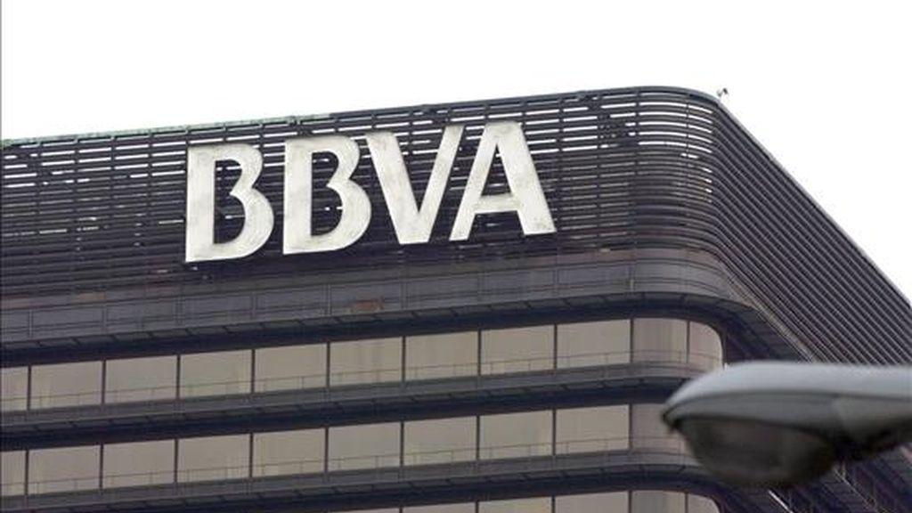 Logotipo del Banco Bilbao Vizcaya Argentaria (BBVA) en la fachada de la sede, situado en el Paseo de la Castellana de Madrid. EFE/Archivo