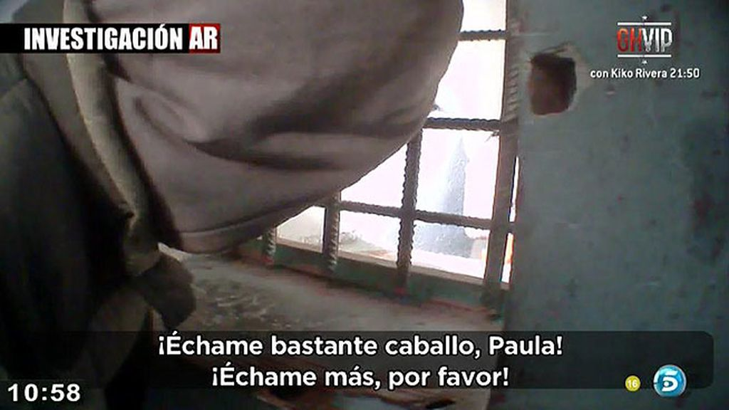 'AR' entra en una de las casas en las que se dispensa droga en la Cañada Real