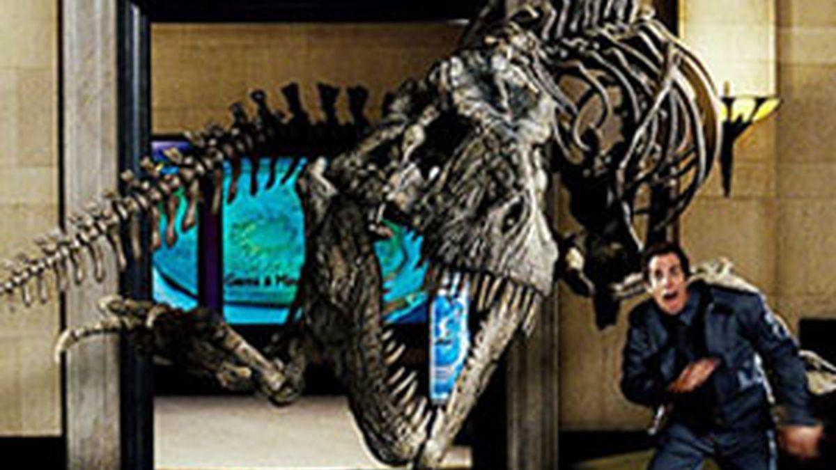 A Hollywood le gustan los dinosaurios, a sus estrellas que los compran y a sus productores, que hacen películas donde incluyen a estos animales prehistóricos. Fotograma de la película 'Noche en el museo I'