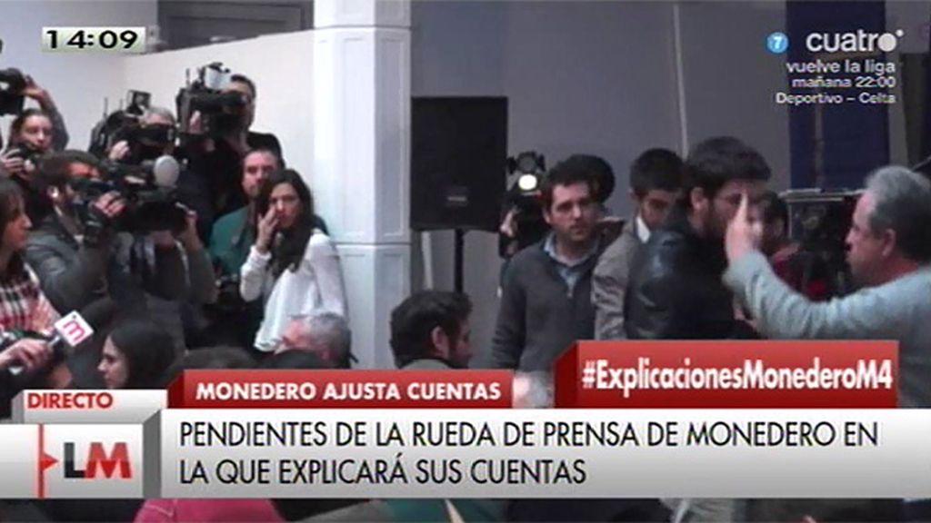El camarero que increpó a Iglesias en el Ritz irrumpe en la rueda de prensa de Monedero