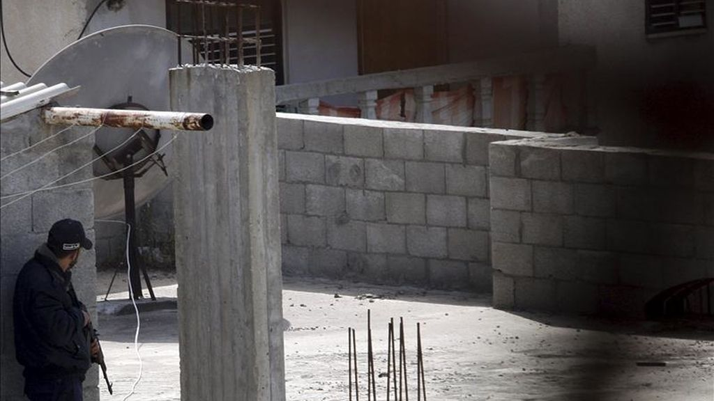 Fuerzas del gobierno palestino de Hamás en Gaza rodean una vivienda en la que se esconden tres de los presuntos asesinos del activista italiano Vittorio Arrigoni, en el campo de refugiados de Nusseirat, en el centro de la franja de Gaza. EFE