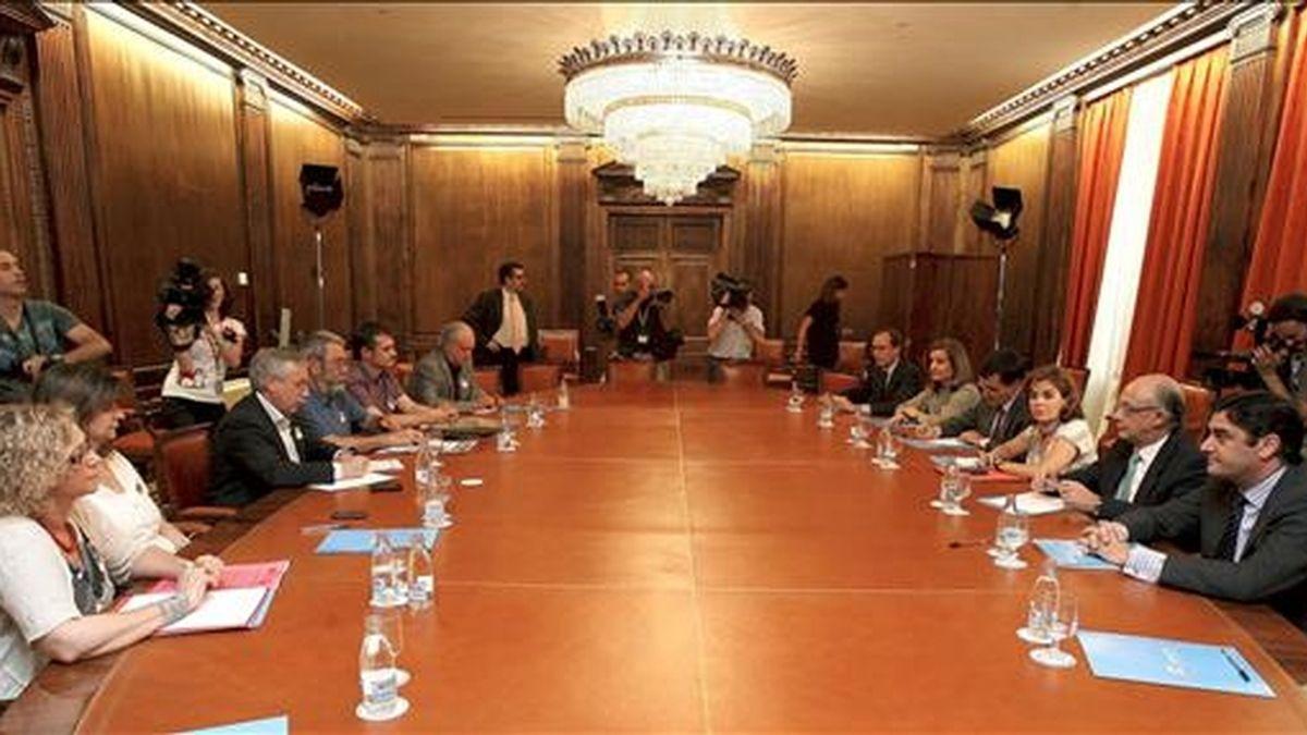 Los secretarios generales de CCOO y UGT, Ignacio Fernández Toxo (3i) y Cándido Méndez (4i), respectivamente, durante la reunión que mantuvieron con la portavoz del PP en el Congreso, Soraya Sáenz de Santamaría, para explicarle sus propuestas ante la reforma laboral presentada por el Gobierno. EFE/Archivo