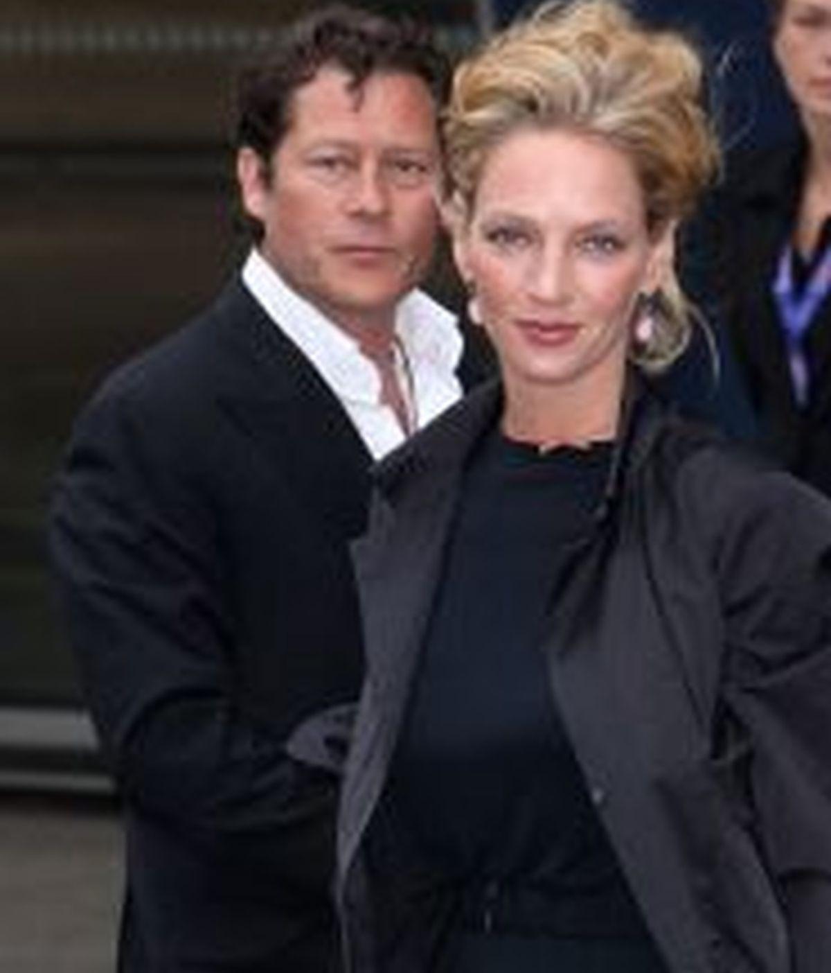 Uma Thurman en el acto benéfico en la terminal Waterloo al que asistió vestida de negro en homenaje a David Carradine.