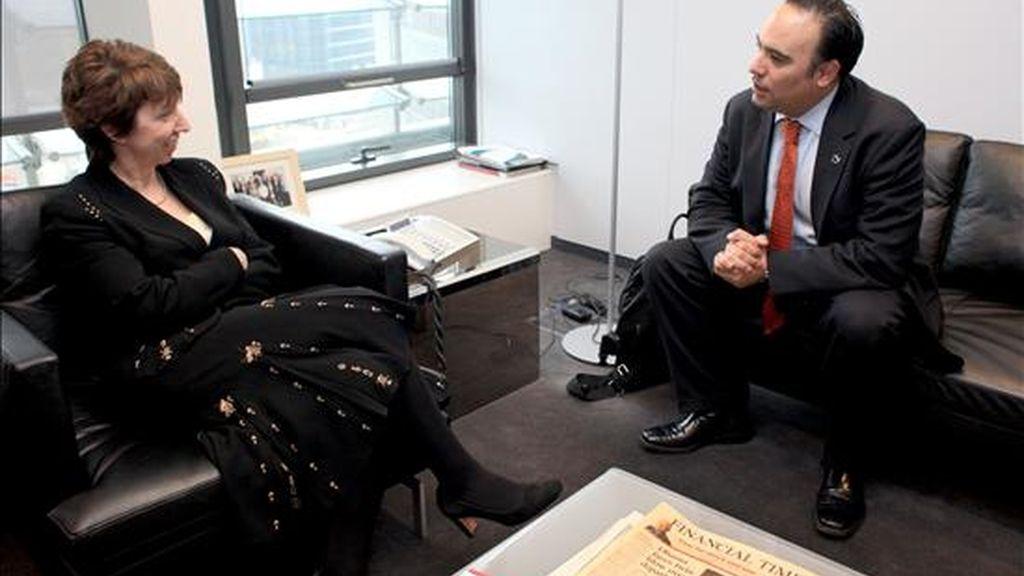 El ministro de Comercio colombiano, Luis Guillermo Plata (d), conversa con la comisaria de Comercio de la Unión Europea (UE), la baronesa Catherine Ashton, durante el encuentro que mantuvieron en Bruselas, Bélgica. EFE
