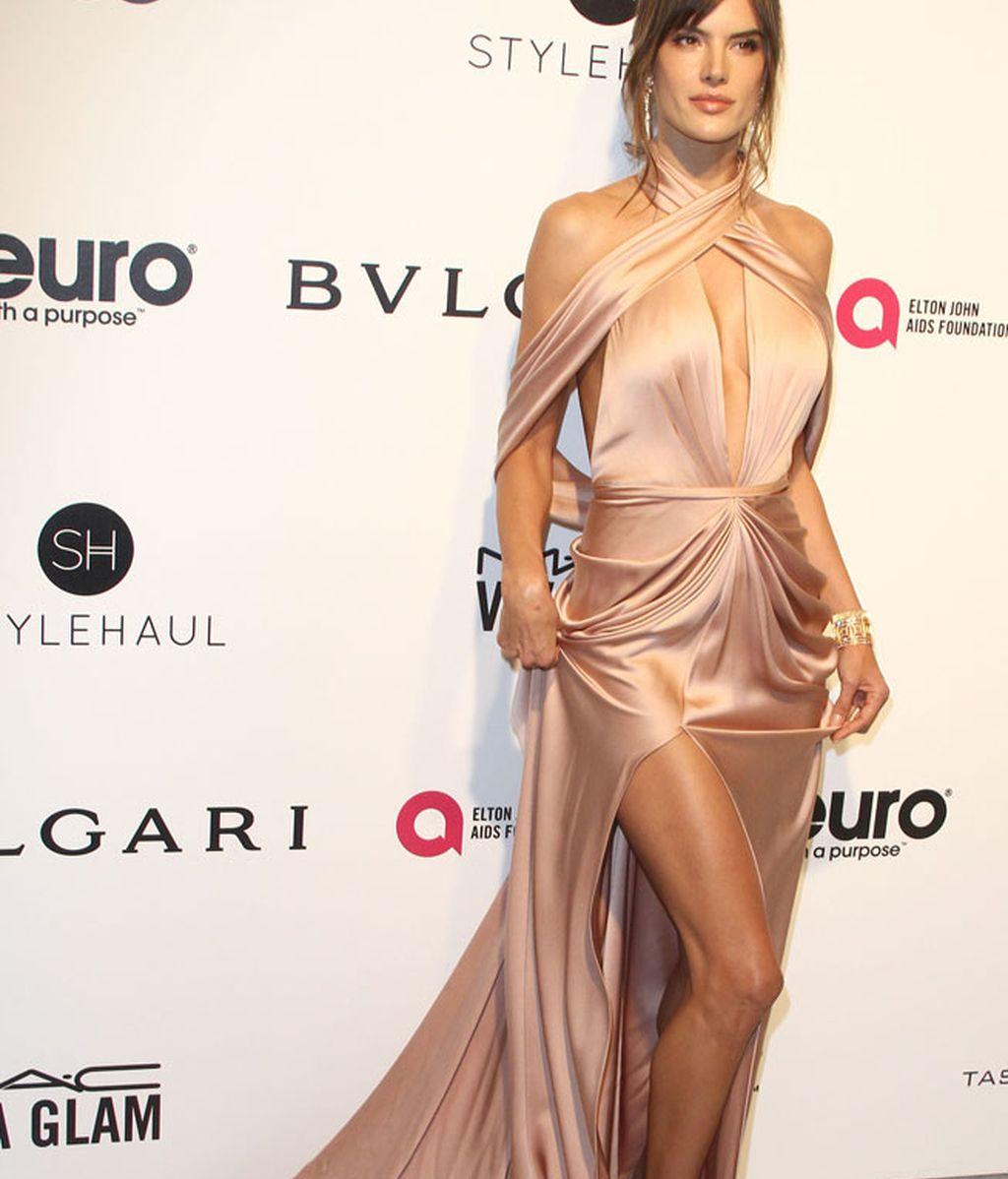 Alessandra Ambrosio con vestido de raso en tonos rosa y escote en la espalda