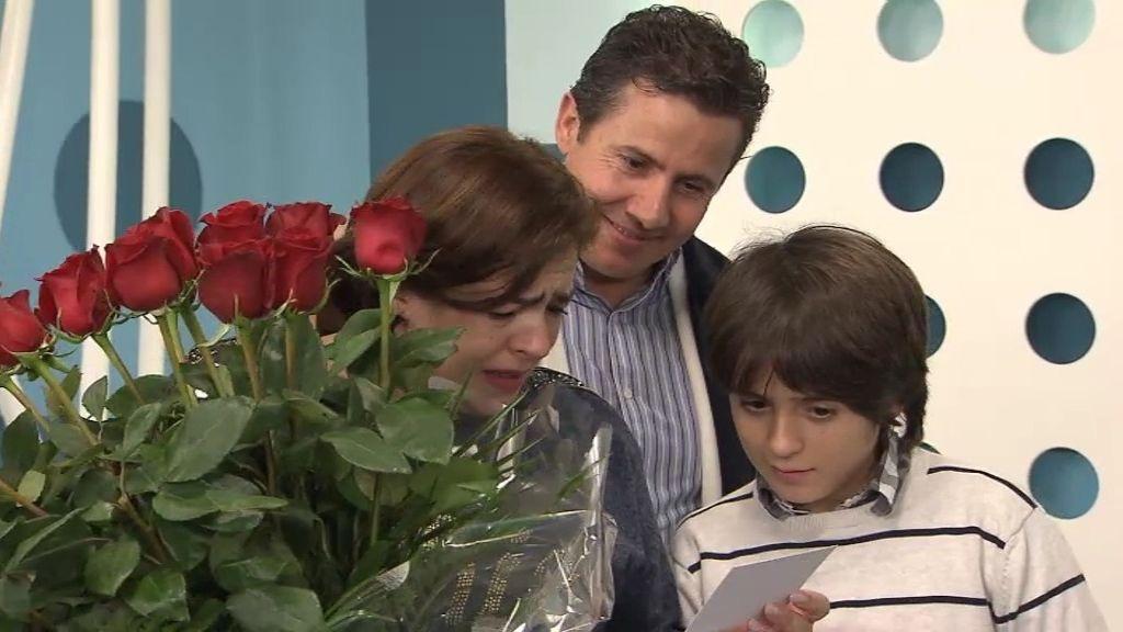 La sorpresa más romántica: el marido de Paqui le regala un ramo de rosas rojas