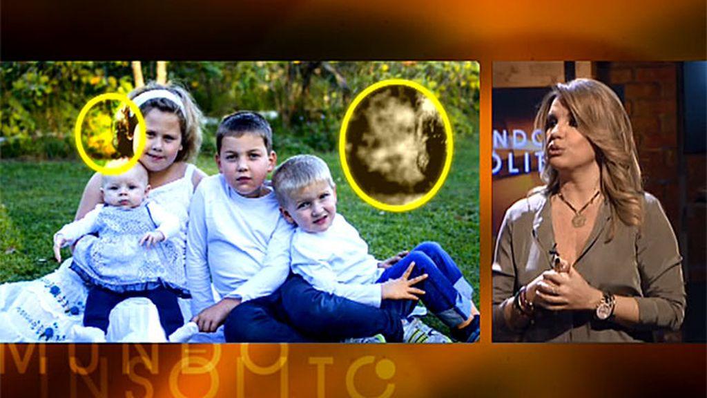 El fantasma de un bebé muerto que aparece en una fotografía junto a su hermana gemela
