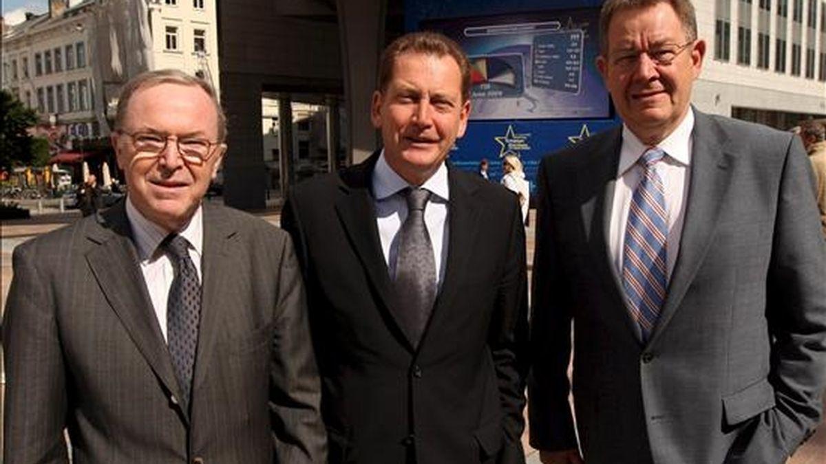 Los presidentes del Partido Popular Europeo, Wilfried Martens (izq.), del grupo Liberal-Demócrata, Graham Watson (centro), y del Partido Socialista Europeo, Poul Nyrup, hoy en Bruselas. EFE