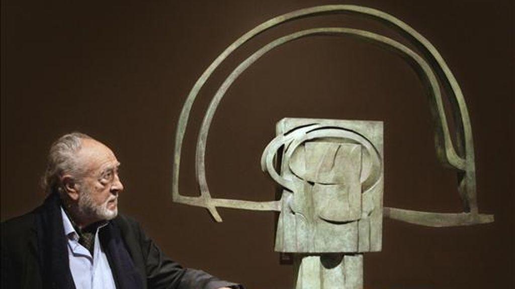 """El escultor vizcaíno Nestor Basterretxea (Bermeo 1924) posa junto a su obra """"Ostadar- Arco Iris"""", una de las 18 esculturas de gran tamaño, de madera de roble y bronce, que forman la """"Serie Cosmogómica vasca"""" realizada entre 1972 y 1975 e inspirada en deidades y personajes de la mitología vasca, y que el escultor donó al Museo de Bellas Artes de Bilbao en noviembre pasado. EFE"""