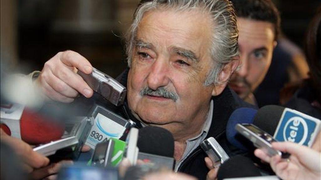 Según el resultado de dos encuestas difundidas hoy, si las elecciones fueran el próximo domingo Mujica tendrían una ventaja considerable. EFE/Archivo