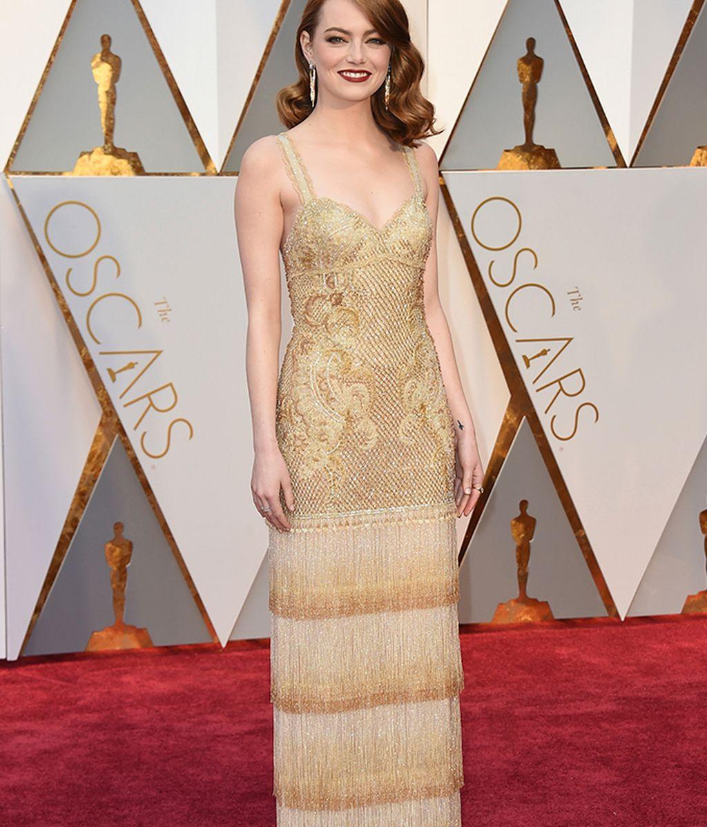 Emma Stone vestida de Givenchy dorado, bordado, con flecos y cristales