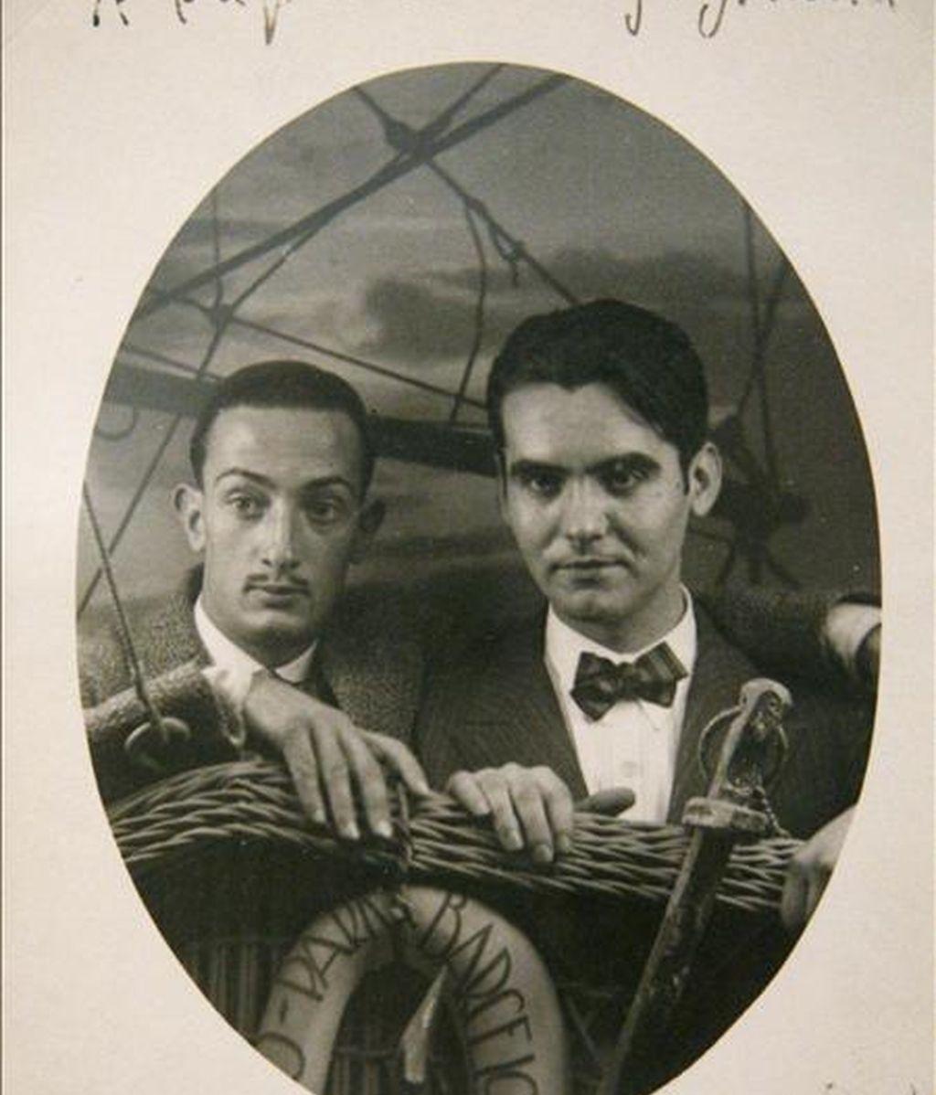 Fotografía que muestra a Salvador Dalí y Federico García Lorca, que forma parte de una exposición que se ha presentado en CaixaFórum de Madrid. EFE