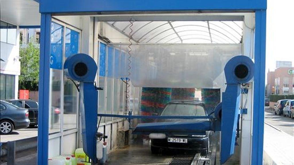 Servicio automático de lavado de vehículos. EFE/Archivo