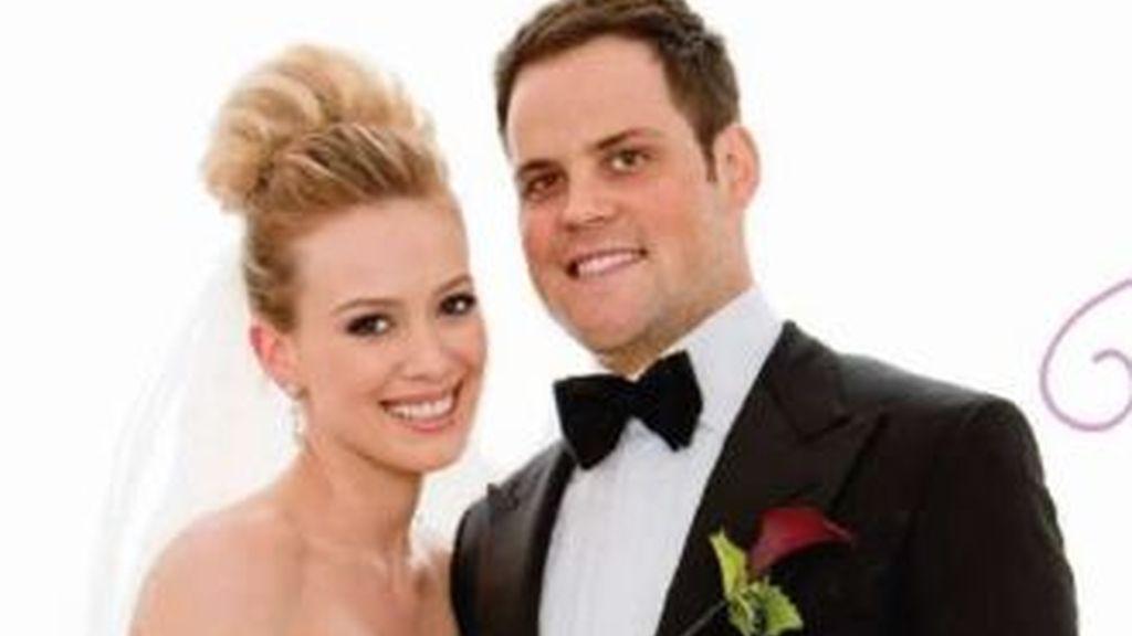 Hilary Duff y su marido el jugador de hockey sobre hielo, Mike Comrie durante su boda el pasado agosto.