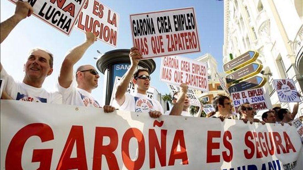 Los trabajaores de la central nuclear de Garoña (Burgos), se concentraron hoy frente al Congreso de los Diputados, para pedir al Gobierno que autorice la prórroga. EFE