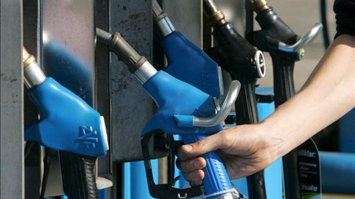 El litro de gasolina sin plomo de 95 octanos se vende en España a una media de 0,901 euros, un 1,24 por ciento más que la semana pasada, mientras que el del gasóleo de automoción se mantiene en los 0,873 euros, según los datos del último Boletín Petrolero de la Unión Europea (UE). EFE/Archivo