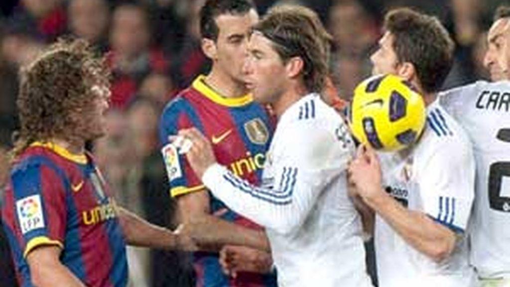 Xabi Alonso, en uno de los momentos más tensos del partido. Foto: EFE