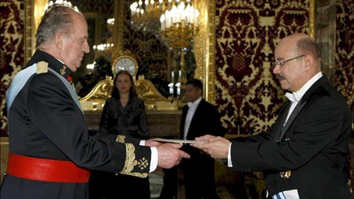 El rey Juan Carlos recibe las cartas credenciales del nuevo embajador de la República Dominicana en España, César Augusto Medina Abreu (d), durante la tradicional ceremonia celebrada hoy en el Palacio Real, Madrid. EFE