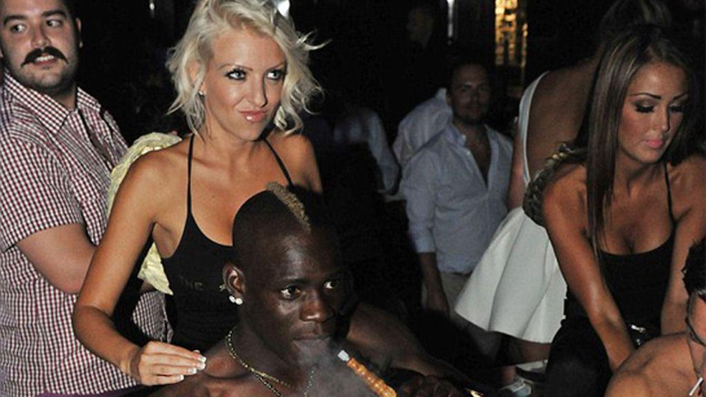 Nuevo desmadre de Balotelli: shisha, champagne, mujeres y masajes
