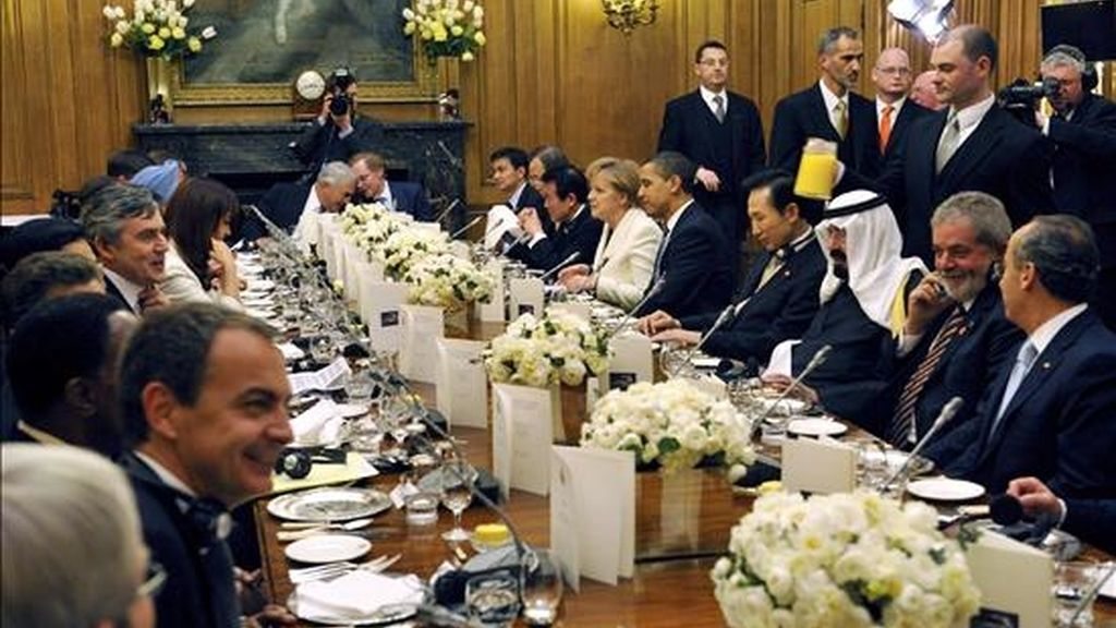 Los líderes del G-20 en la cena oficial ofrecida por el primer ministro británico, Gordon Brown (ci), en el la Calle Downing de Londres (Inglaterra). EFE