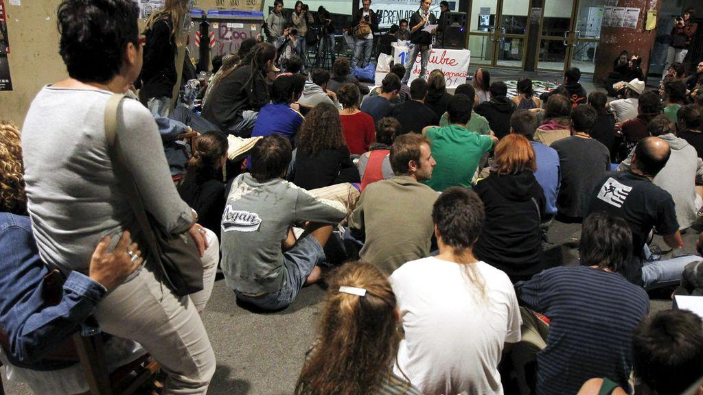 Los indignados ocupan la Facultad del Raval