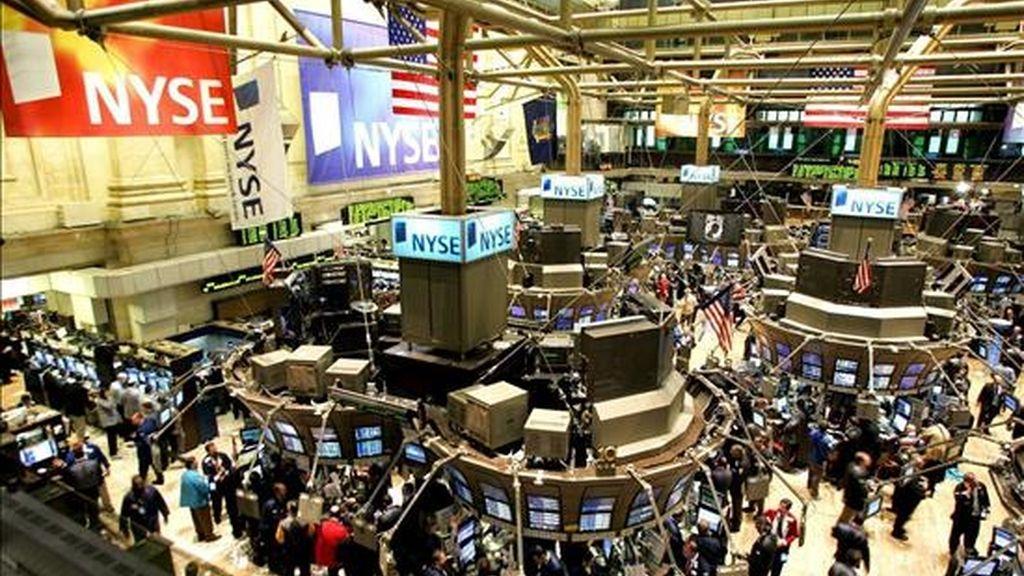 El índice Dow Jones, que incluye a algunas de las mayores empresas de Estados Unidos, sumó 70,49 puntos y se ubicó en 7.957,06 unidades. EFE/Archivo