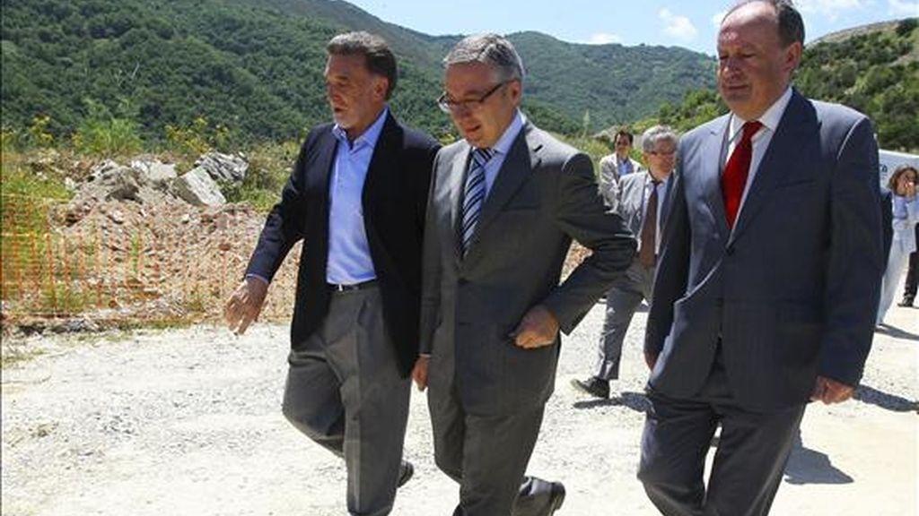 El ministro de Fomento, José Blanco (c), acompañado por los delegados del Gobierno en Castilla y León y Galicia, Miguel Alejo (i) y Antón Louro, respectivamente, durante su visita hoy a las obras de asentamiento del talud de la A-6, en la localidad leonesa de Trabadelo. EFE
