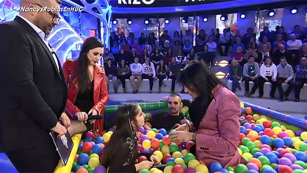 Las Nancys rubias hacen realidad el sueño de Lucía en la piscina de bolas