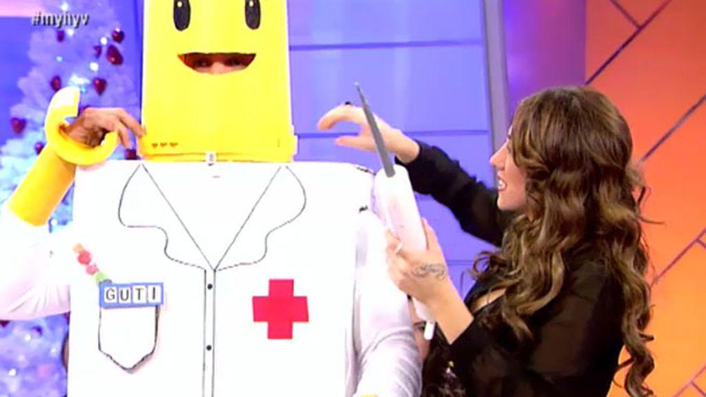 Gonzalo desfila con un disfraz de médico de Lego de lo más original