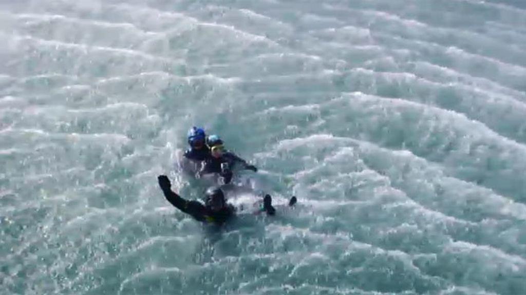 Los GEAS realizan una práctica de rescate en el mar con Samanta Villar como víctima