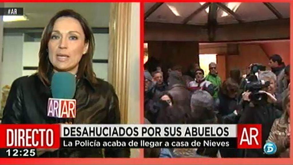 Nieves se ha encerrado en su casa para evitar la entrada de la comisión desahucios