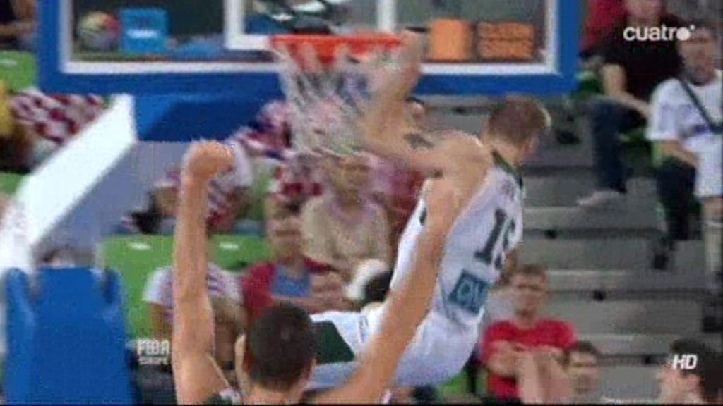 Javtokas se cuelga del aro croata